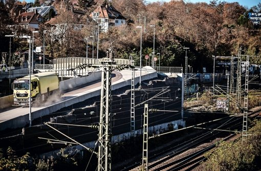 Auf der Baustraße beim Pragtunnel sollen künftig weniger Lastwagen fahren. Das Gestein aus dem Tunnelbau wird per Förderband transportiert Foto: Lichtgut/Leif Piechowski