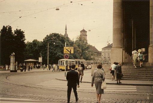 3: Der Königsbau im Jahr 1958: Da standen noch wesentlich mehr Bäume auf dem Schlossplatz, aber es sind weniger Fußgänger als heute zu sehen und keine Straßencafés  Foto: Thomas Mack