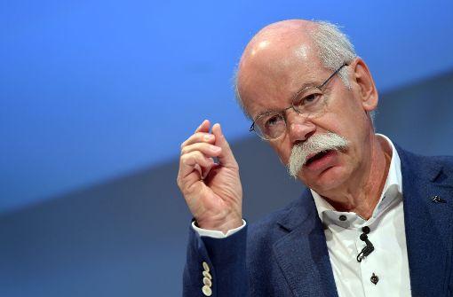 Daimler-Chef  Dieter Zetsche wird erklären müssen, warum alte Diesel-Fahrzeuge nun doch  – zumindest teilweise – nachgerüstet werden können.     Foto: dpa