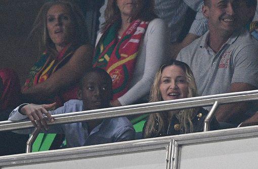 Madonna mit ihrem Adoptivsohn David Banta, der vor einiger Zeit einen Vertrag in der Jugendmannschaft bei Benfica Lissabon erhielt. Foto: Getty Images Europe