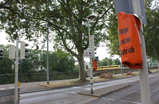 An den Stadtbahnhaltestellen Rosensteinbrücke (Foto) und am Wilhelmsplatz müssen Passanten derzeit auf die Springlichter verzichten, die vor einfahrenden Bahnen warnen. Foto: Annina Baur