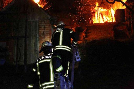 Gartenhütten stehen in Flammen