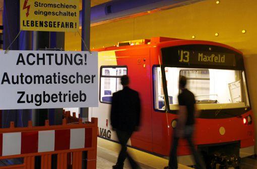 Frau verrichtet Notdurft im Gleisbett – und wird von U-Bahn angefahren