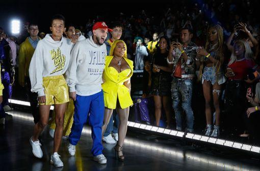 Als Überraschung defilierte die US-Rapperin Lil' Kim für VFiles über den Laufsteg (hier rechts neben dem Designer Paul Cupi). Foto: Getty Abo