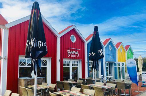 Ist das Schweden? Nein, so hübsch sieht es auf der autofreien Nordseeinsel Langeoog aus. Hungrige Radler können in den idyllischen bunten Holzhäuschen am Hauptbad wieder zu Kräften kommen.  Foto: Pixabay
