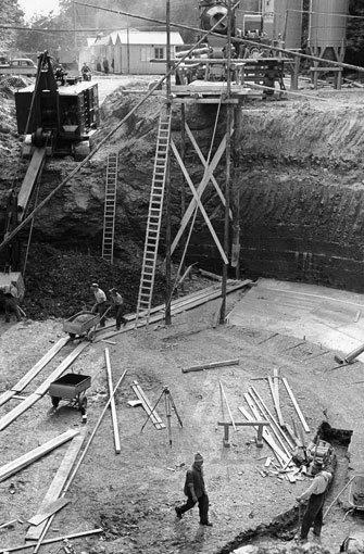 Die Baugrube für das Fundament des Turms wird ausgehoben. Fritz Leonhardt, der Vater des Fernsehturms, legt das breite Fundament unter die Erde, um die optische Leichtigkeit des Turms nicht zu zerstören. Foto: SWR