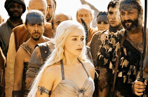 """Allein unter Dothraki: In der Erfolgsserie """"Game of Thrones"""" muss die schöne Prinzessin Daenerys Targaryen die Sprache des fremden Kriegervolks lernen. Foto: HBO"""