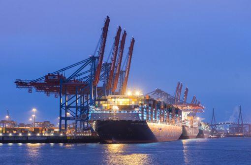 Mega-Frachter macht Halt in Hamburg
