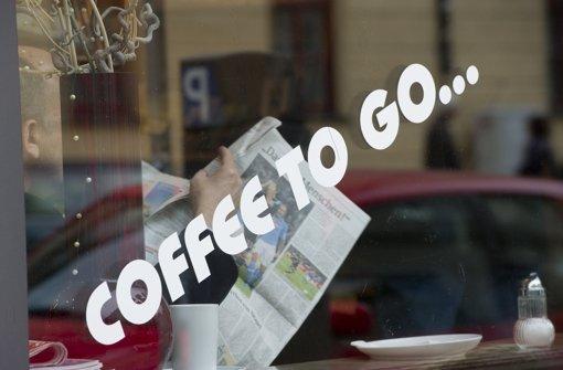 Coffee to go – der Kaffee für unterwegs liegt im Trend Foto: dpa