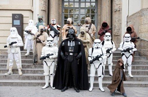 """Mitglieder des """"Star Wars""""-Fanclubs 501st Legion vor dem Linden-Museum Foto: Schönebaum/Festival"""