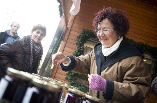 Frau Kretschmann schenkt Pullover