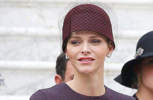 Sie hat fraglos das Gesicht für eine Kurzhaarfrisur: Mitte November überraschte b Fürstin Charlène von Monaco/b mit einem ultrakurzen Pixie-Cut. Am Nationalfeiertag der Monegassen verschwand die neue Frisur unter einem Hütchen. Foto: dpa