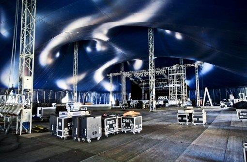 Nach mehrwöchigem Aufbau steht das imposante Zirkuszelt in Winterbach. An diesem Mittwochabend beginnt das achttägige Spektakel mit den Auftritten von Madsen und Itchy Poopzkid. Foto: Peter Petsch