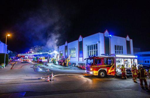 Die Lagerhalle eines Herstellers für landwirtschaftliche Maschinen stand am Samstag in Flammen. Foto: 7aktuell.de/Simon Adomat