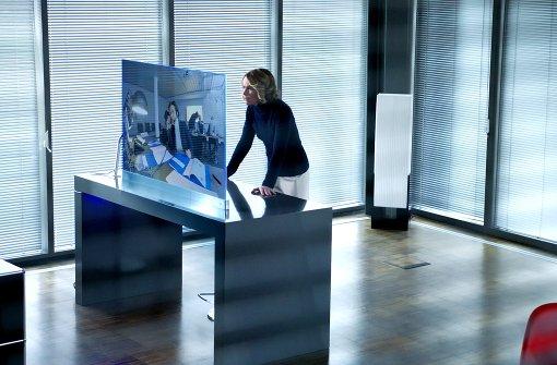 Mea Welsch (Karoline Eichhorn) beobachtet ihre Mitarbeiter. Foto: SWR-Pressestelle/Fotoredaktion