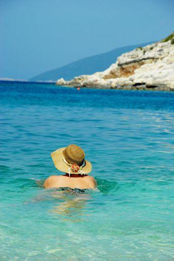 Wer den Messenischen Küsten-Radweg entlang radelt, kann sich im türkisfarben schimmernden Wasser der schönen Ochsenbauchbucht abkühlen. Foto: Pixabay