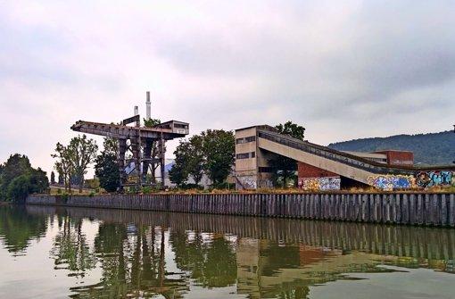 Der Neckarkran am Ufer, das zum Stadtbezirk Stuttgart-Ost gehört, ist denkmalgeschützt.  Daneben kann sich der OB Wohnbebauung bis direkt ans Ufer vorstellen. Foto: Jürgen Brand