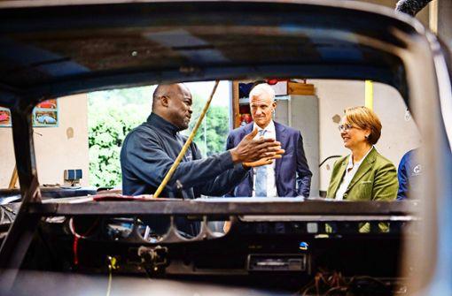 Staatsministerin Annette Widmann Mauz beim  Besuch einer Kfz-Werkstatt Foto: dpa