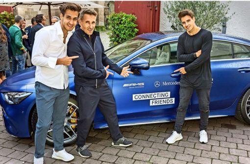 """Der aus dem """"Bergdoktor"""" bekannte Schauspieler  Mark Keller mit seinen Söhnen Joshua (links) und Aaron vor dem ersten viertürigen Sportwagen von AMG. Foto: Andreas Engelhard"""