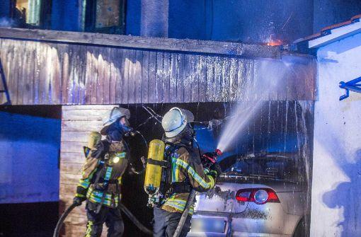 Feuer im Carport greift auf Fassade über