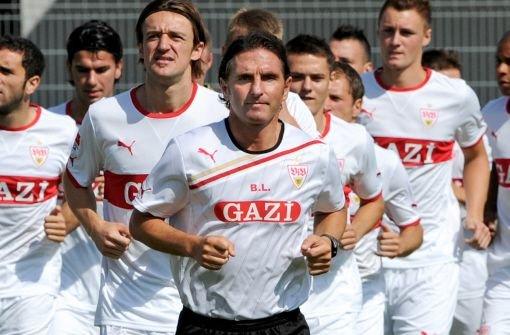 Der Trainer geht voraus: Klicken Sie sich durch die Bilder vom ersten öffentlichen VfB-Training der Saison. Foto: dpa