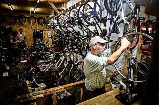 Fahrradschrauber packen die Umzugskisten