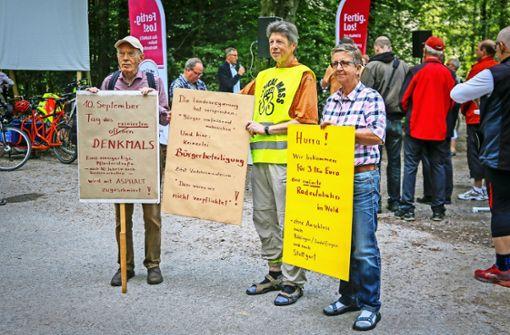 Bernhard Völker (links) und seine Mitstreiter  protestieren gegen das Projekt. Foto: