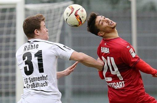 Beim Testspiel gegen die SG Sonnenhof Großaspach hat sich der Neuzugang des VfB Stuttgart, Federico Barba (rechts), eine Verletzung zugezogen. Foto: Pressefoto Baumann