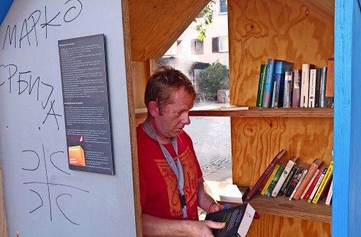 Holger Schmidt stöbert fast täglich in der Gablenberger Givebox, immer auf der Suche nach neuer Lektüre. Foto: Jürgen Brand