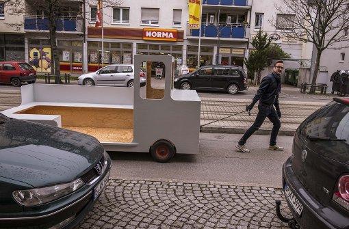 Gerhard Wollnitz zieht seinen Geh-Wagen Foto: Lichtgut/Max Kovalenko