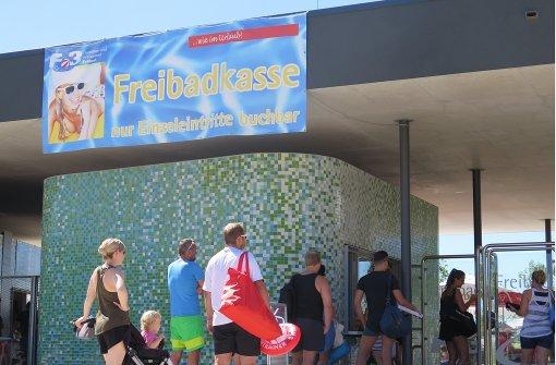 Großer Andrang an den Kassenanlagen  des Freibadbereichs im F3. Foto: Brigitte Hess