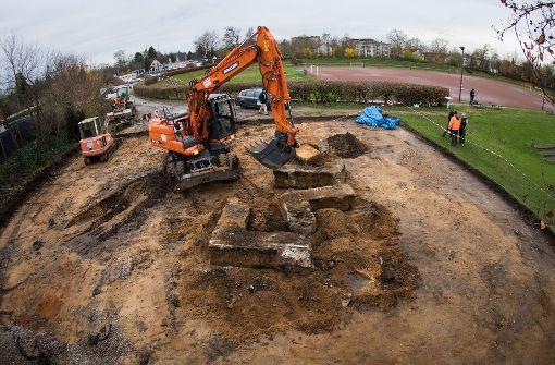 Bagger zerstört Hakenkreuz-Fundament