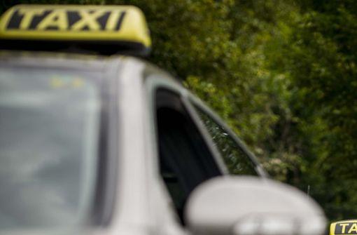 Taxifahrer betatscht Frauen in seinem Auto