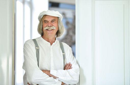 Der Künstler Peter Lenk steht in der städtischen Galerie in Überlingen am Bodensee in seiner Ausstellung «Peter Lenk - 40 Jahre Zoff und Zwinkern». Die Ausstellung geht noch bis zum 15.10.2017. Foto: dpa