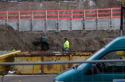 Arbeiter finden am Dienstag eine 500-Kilo-Fliegerbombe aus dem Zweiten Weltkrieg auf einer Baustelle an der Rosensteinstraße.  Foto: Jonas Oswald/www.7aktuell.de