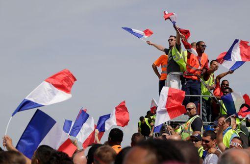 Dort wurden sie bereits von zahlreichen jubelnden Fans empfangen. Foto: AFP