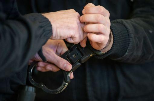 Die Polizei konnte in Stuttgart einen Mann festnehmen, der wohl sexuelle Handlungen an sich vorgenommen haben soll. (Symbolbild) Foto: dpa