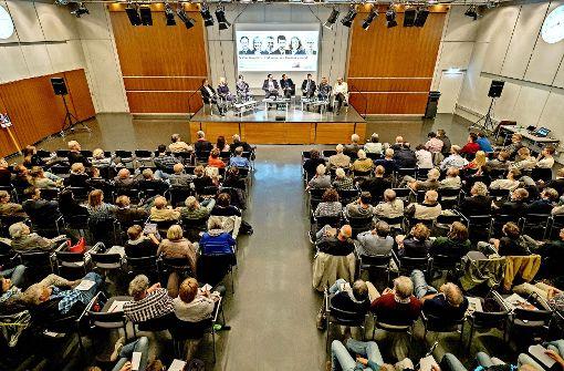 Wie beeinflusst die Bundespolitik das Geschehen im Kreis und der Region? Sechs Bundestagskandidaten haben mit Zeitungsredakteuren auf dem Podium diskutiert. Foto: factum/Weise
