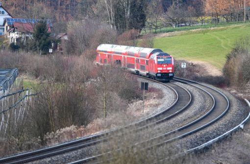Kinder spielen im Gleis  und lösen Sperrung aus