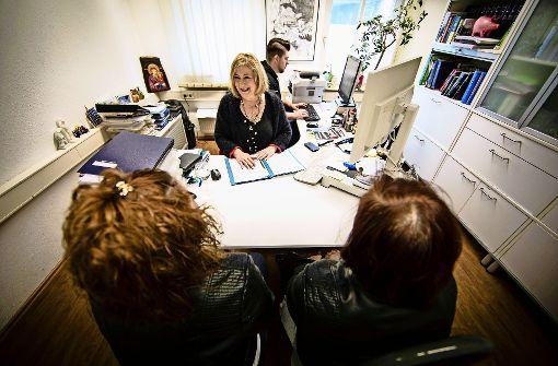 Die Rechtsanwältin Anna Ioannidou berät zwei Arbeitnehmerinnen. Foto: Lichtgut/Leif Piechowski