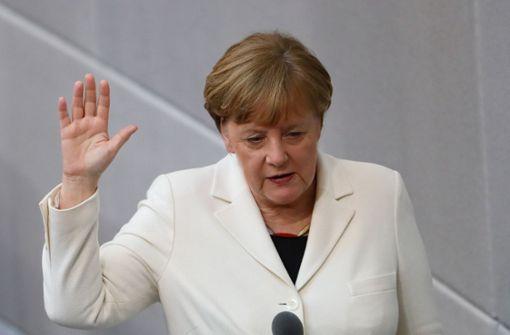 Polizei überwältigt Mann in der Nähe von Angela Merkel