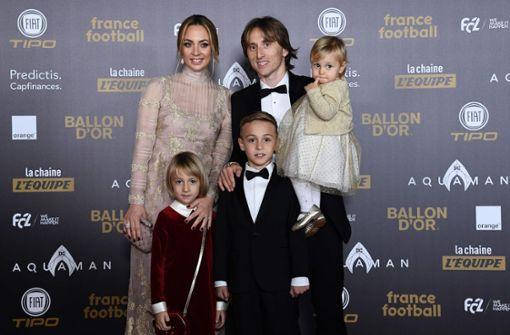 Familienfoto auf der Preisverleihung – Luka Modric erlebte 2018 das Jahr seines Lebens: Der Mittelfeldspieler erhielt nach einem grandiosen Vize-Weltmeistertitel der kroatischen Nationalmannschaft bereits viele Auszeichnungen.  Foto: AFP