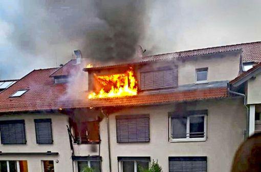 Als die Einsatzkräfte am Brandort ankommen, schlagen ihnen schon die Flammen aus dem Fenster entgegen. Foto: SDMG