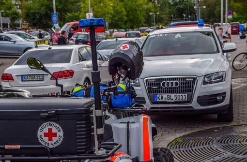 Vorsorglich wurden unter anderem Einsatzkräfte des Rettungsdienstes an den Bahnhof Karlsruhe gerufen. Foto: 7aktuell.de/Fabian Geier