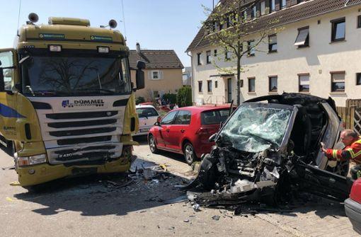 Smart prallt frontal  gegen Lastwagen