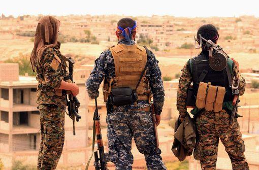Bei den Gefechten um die IS-Hochburg Al-Rakka in Nordsyrien ist ein Kampfjet der syrischen Streitkräfte vom US-geführten Militärbündnis abgeschossen worden (Symbolbild). Foto: Syrian Democratic Forces/AP