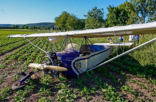 Pilot muss auf Acker notlanden