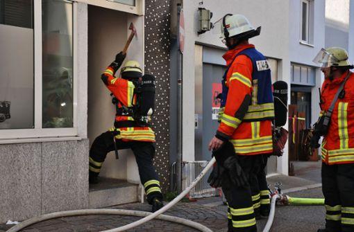Die Feuerwehrleute verschafften sich Zutritt zu der Gaststätte. Foto: SDMG