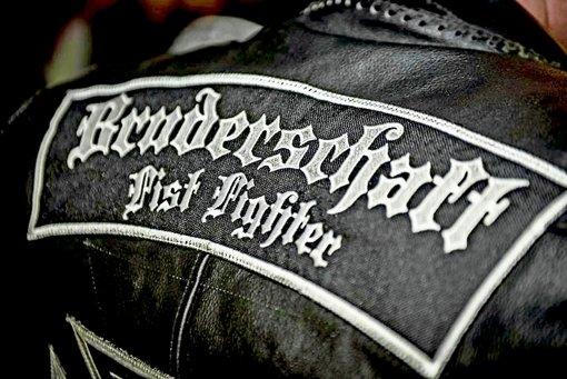 In ihren Kutten sehen die Fist Fighter, zu Deutsch Faustkämpfer, nicht gerade bürgerlich aus. Foto: Screenshot StZ