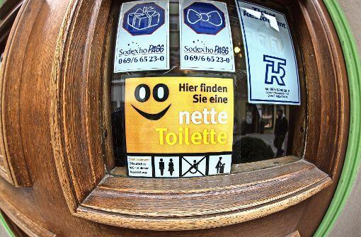 Ein Aufkleber am Schaufenster weist Bürger darauf hin, in welchem  Geschäft sie  ein  WC benutzen   können. Foto: Archiv Horst Rudel